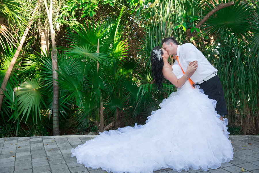 Best Wedding Day Kisses | Neon Mexican Destination Wedding | Photography by Willow Lane Photography