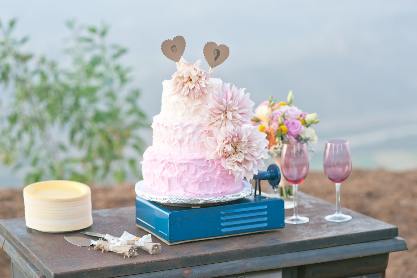 vintage-record-player-wedding-cake-stand