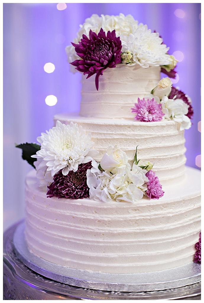 white-ripple-wedding-cake-lavender-flowers-kristen-weaver-photography
