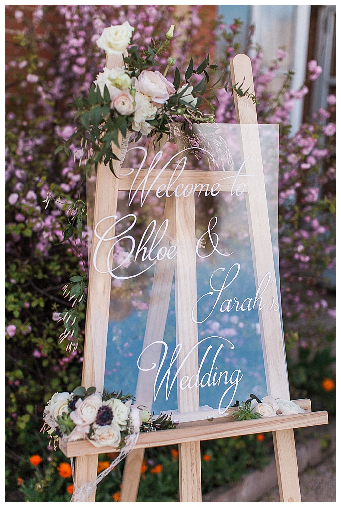 sorya-pedoussaut-photography-clear-glass-calligraphed-wedding-welcome-sign