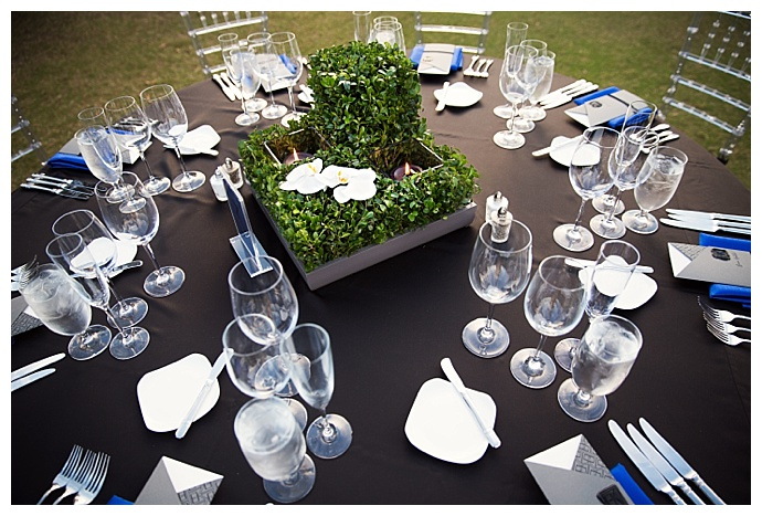 silver-and-blue-wedding-tablescape