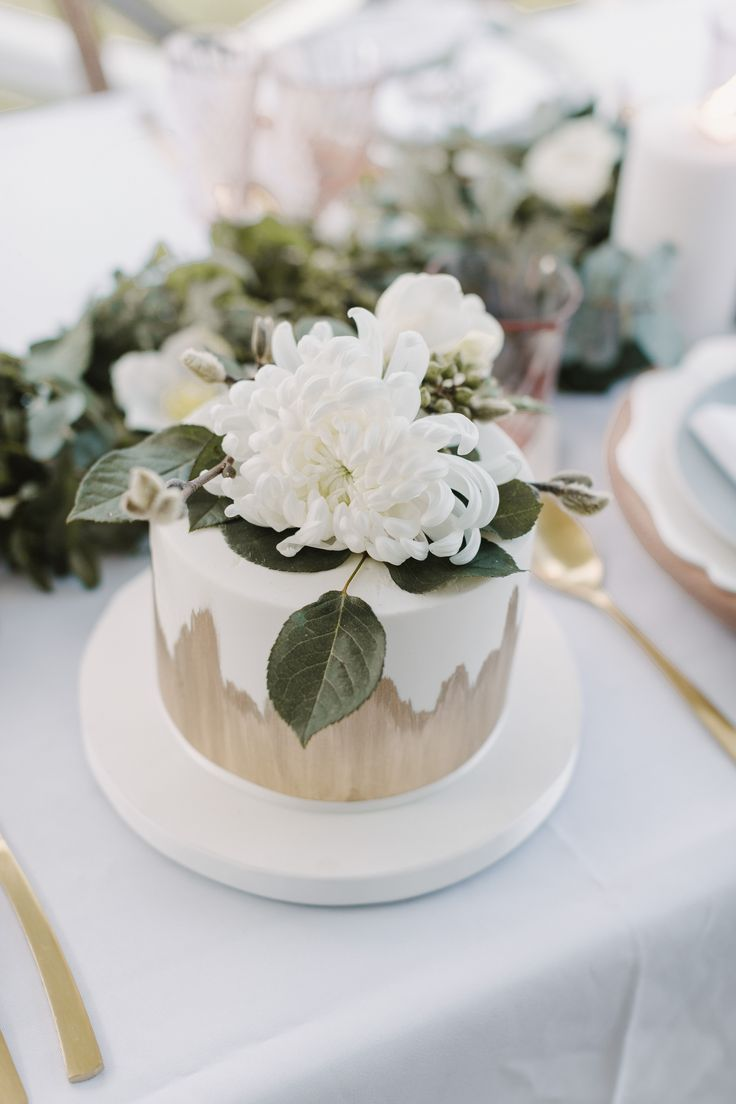 small-one-tier-gold-and-white-wedding-cake