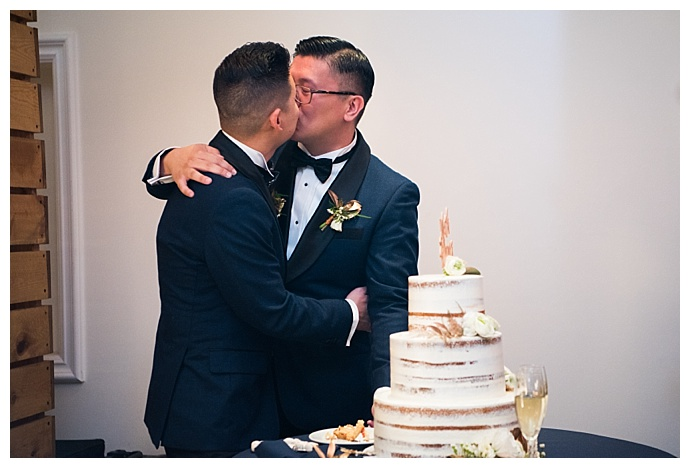 david-and-tania-photography-grooms-cake-cutting