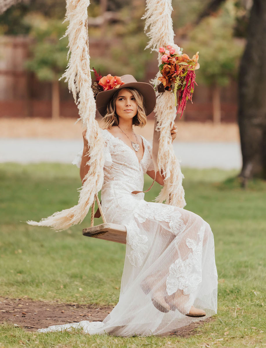 pampas-grass-wedding-swing