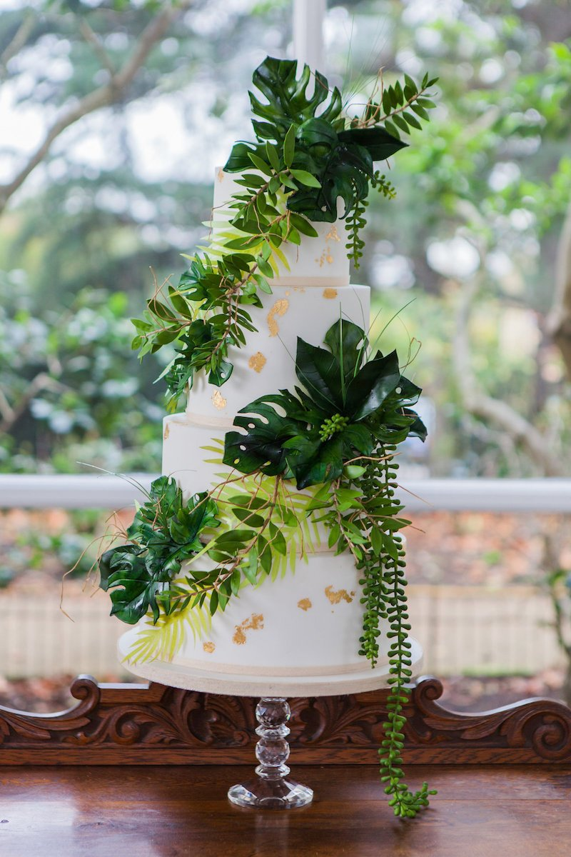gold-flecked-wedding-cake-with-tropical-leaves-amanda-karen-photography