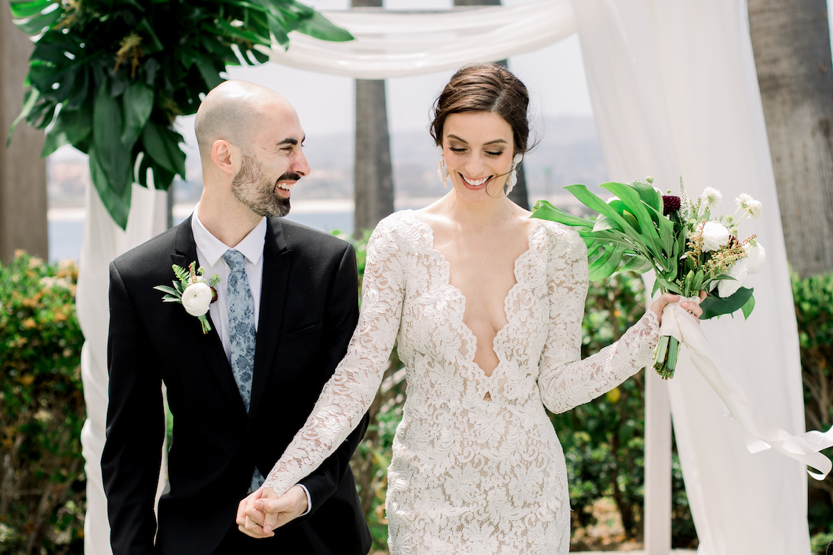 molly-and-co-photography-oscar-de-la-renta-lace-plunging-wedding-dress