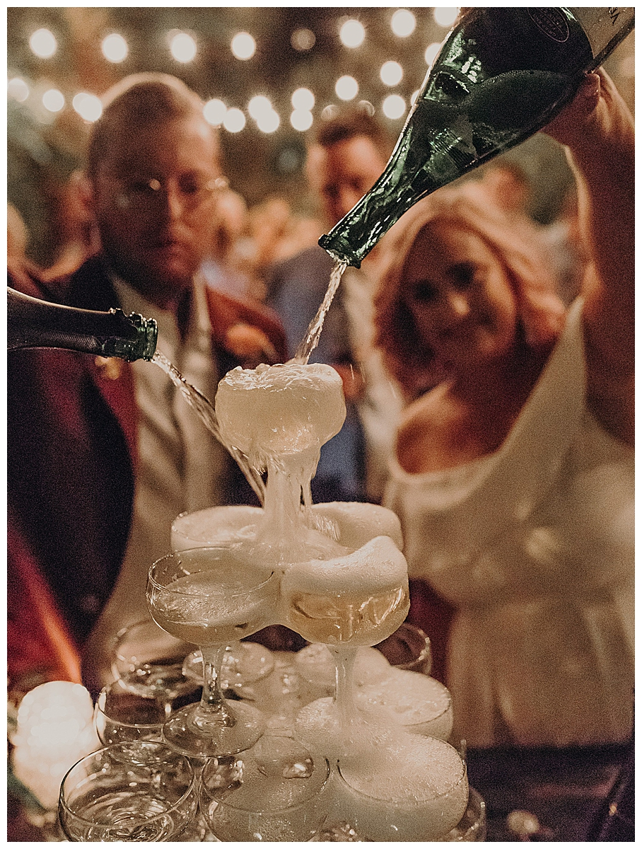 couple-champagne-pour-wedding