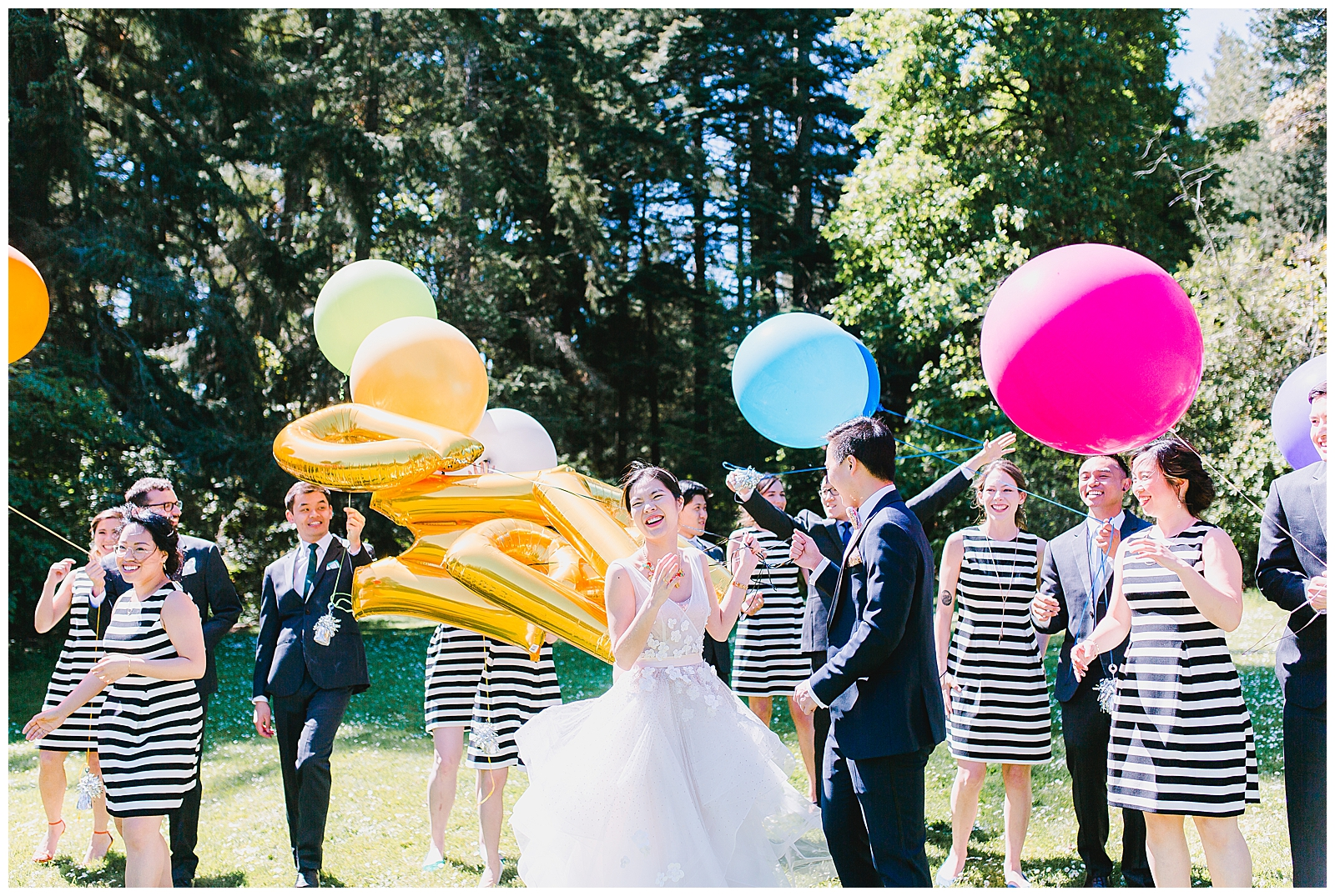 bridal-party-photo-with-balloons